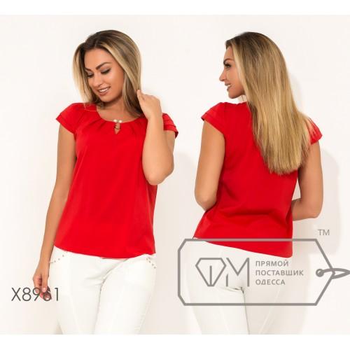 Блуза прямого кроя из софта с короткими рукавами, круглым вырезом и не съемным украшением на декольте X8961
