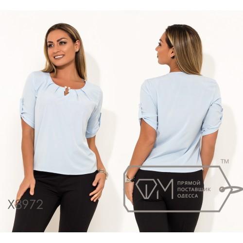 Блуза прямого кроя из софта с рукавами 3/4 на патиках, круглым вырезом и не съемным украшением на декольте X8972