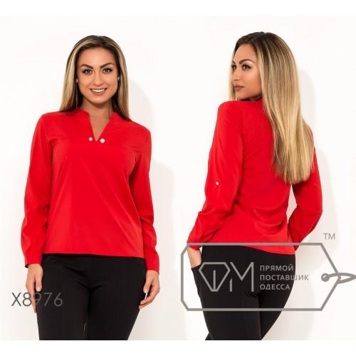 Блуза прямого кроя из софта с длинными рукавами на патиках V-образным вырезом на груди и съемной брошкой в комплекте X8976