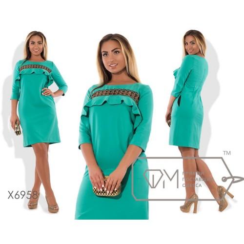Платье-футляр мини из костюмки с рукавами 3/4 и декольтированной полосой кружева с пышной оборкой над грудью X6958
