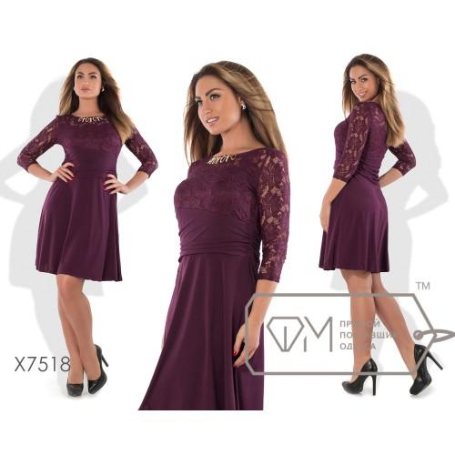 Платье мини А-покроя из трикотажа масло с облегающим драпированным лифом из гипюра, декором на вырезе-лодочка и расклешённой юбкой X7518