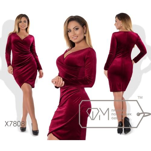 Платье-футляр мини облегающее из бархата с длинными зауженными рукавами, V-вырезом и эффектом присобранного набок запаха X7808