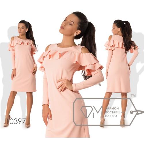Платье-футляр мини полуприталенное из креп-дайвинга с длинными рукавами, вырезами на плечах и двусторонними оборками по лифу 10397